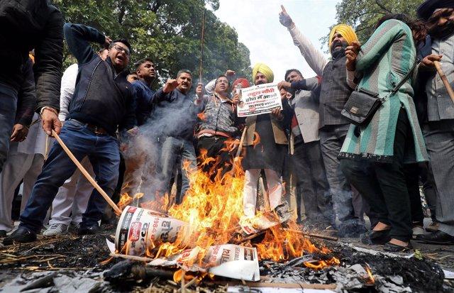 Manifestantes queman imágenes del dirigente opositor Sajjan Kumar