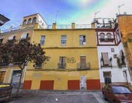 Edificio que la Junta va a rehabilitar en la calle Almirante Espinosa