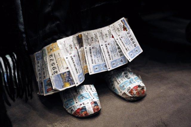Foto de unos zapatos hechos a partir de décimos de lotería