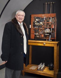 Karpov, en su visita ala exposición de ajedrez en la BNE
