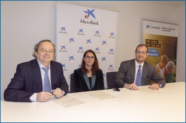 Bajén, Peña y Soto tras firmar el acuerdo entre UPTA y MicroBank este lunes
