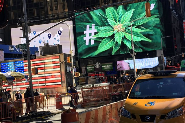 Imagen de una hoja de marihuana en Times Square