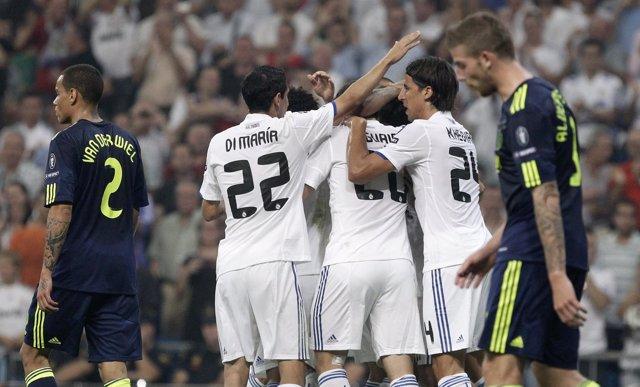 Los Jugadores Del Real Madrid Celebran Uno De Los Goles Ante El Ajax
