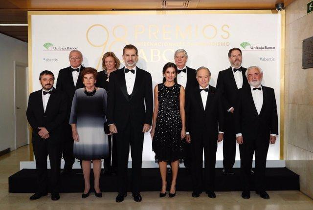 Los Reyes Felipe y Letizia junto a los galardonados con los Premios ABC de perio