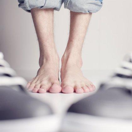 Sentir hormigueo en los dedos y tener un color blanquecino son síntomas de problemas en los pies