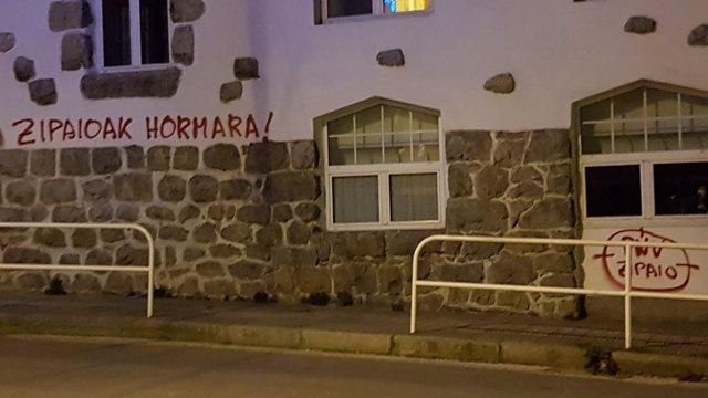 Pintadas contra el batzoki de Lekeitio