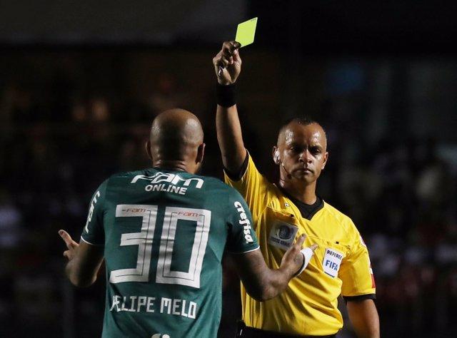 El árbitro brasileño Wilton Sampaio amonesta a Felipe Melo