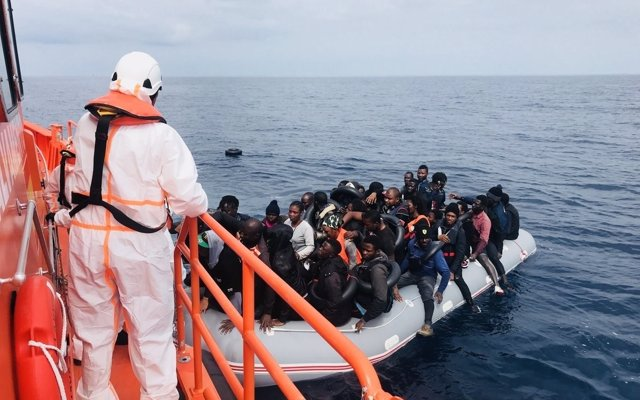 Rescatan a 104 personas y un fallecido en dos pateras en aguas del Mar de Alborán