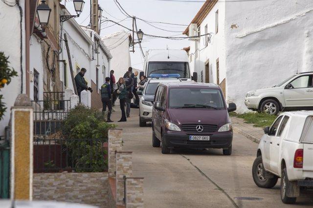 Registro de la Guardia Civil en la calle donde vivía Laura Luelmo en El Campillo
