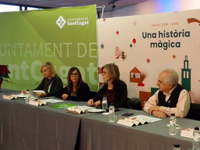 La alcaldesa de Sant Cugat, Carmela Fortuny, atendiendo a los medios