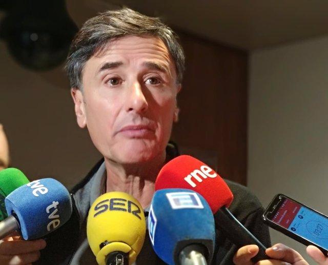 El portavoz de Podemos Asturies, Enrique López, atiende a los medios