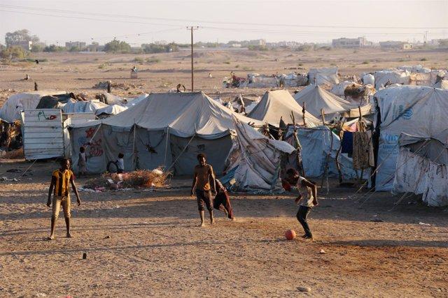 Niños jugando en un campo de desplazados cerca de Adén