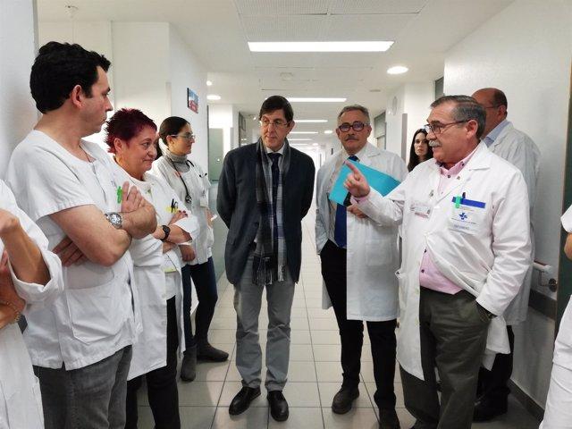 El consejero Villegas en su visita la Unidad de Crónicos Complejos del Rosell