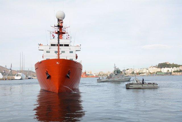 Foto de maniobra del Hespérides saliendo del puerto de Cartagena