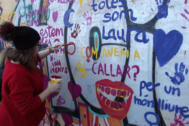 Una de las alumnas en el mural