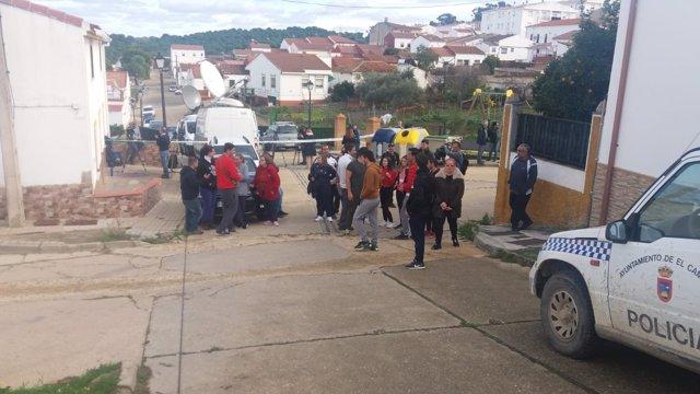 Vecinos del El Campillo se concentran en la calle Córdoba.