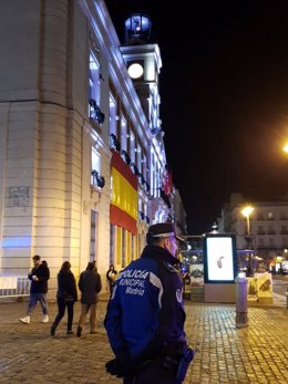 Agente de Policía Municipal frente a la fachada de la Real Casa de Correos