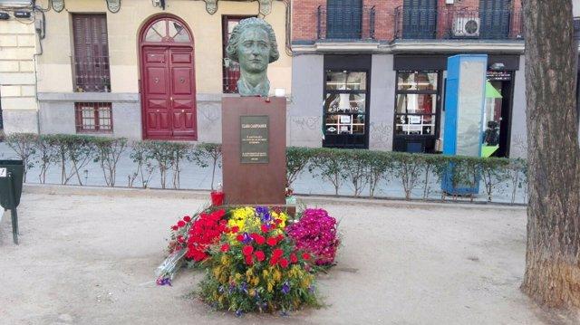 El busto de Clara Campoamor regresa a Malasaña