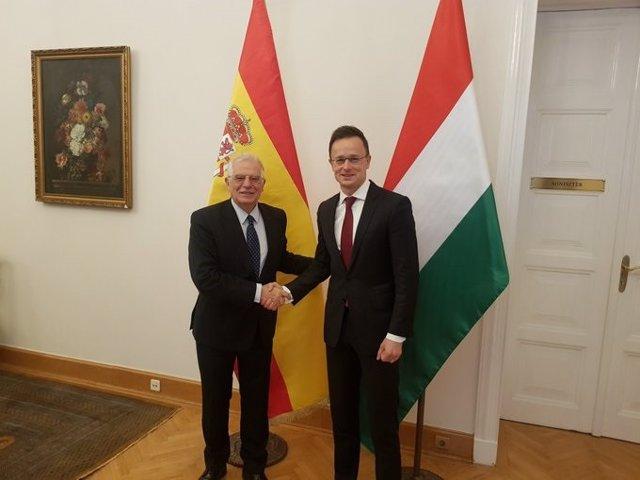 Josep Borrell en Budapest con su homólogo, Péter Szijjártó