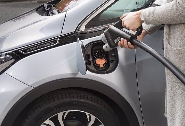 Opel Ampera e (vehículo eléctrico de Opel cargando)