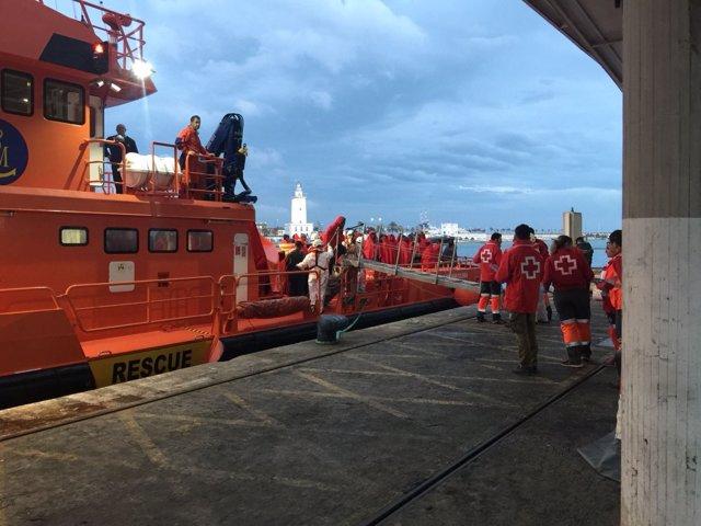 Barco salvamento migrantes inmigrantes cruz roja solidaridad atención asistencia