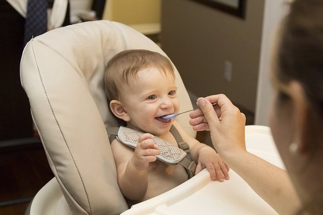Bebé comiendo papilla