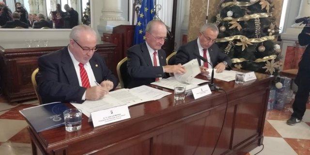 Imagen de la firma del acuerdo para la creación de la Universidad del Deporte