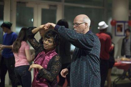 Bailar ayuda a las mujeres mayores a hacer las tareas diarias