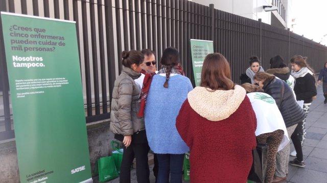 Recogida de firmas para la iniciativa de Satse en Sevilla