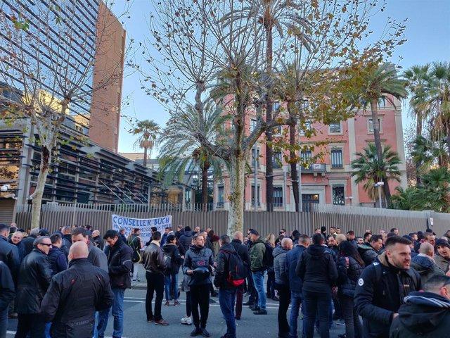 Más de 100 mossos se concentran ante Interior por el Consell de la Policia