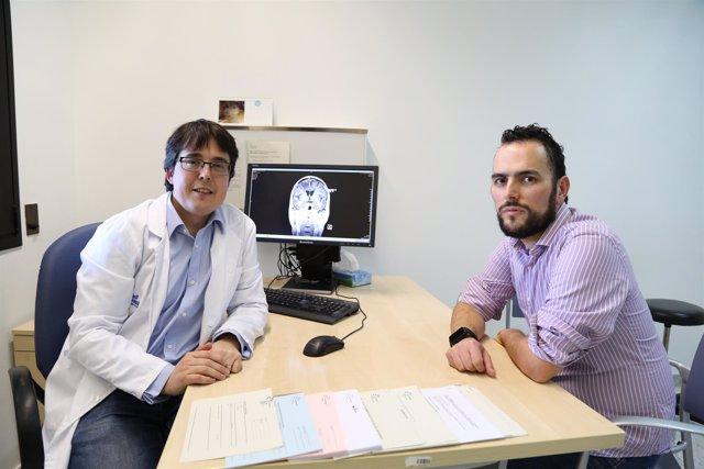 El doctor Martínez Ricarte en el Vall d'Hebron con un paciente
