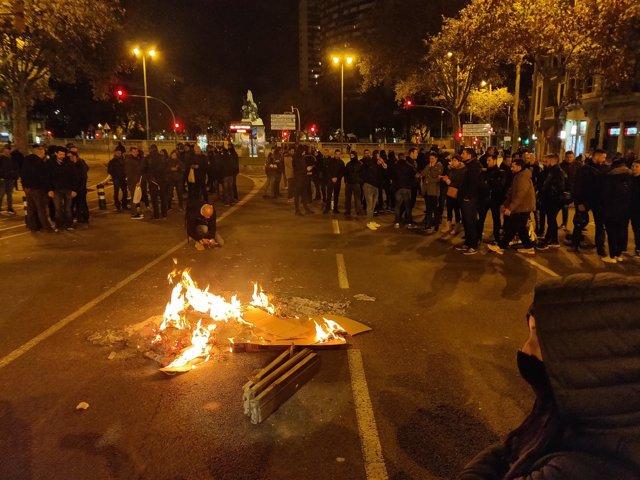 Agentes de Mossos d'Esquadra cortan la Gran Via de Barcelona