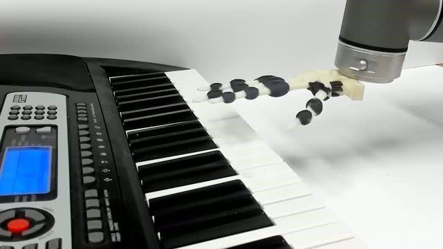Una mano robor impresa en 3D toca el piano
