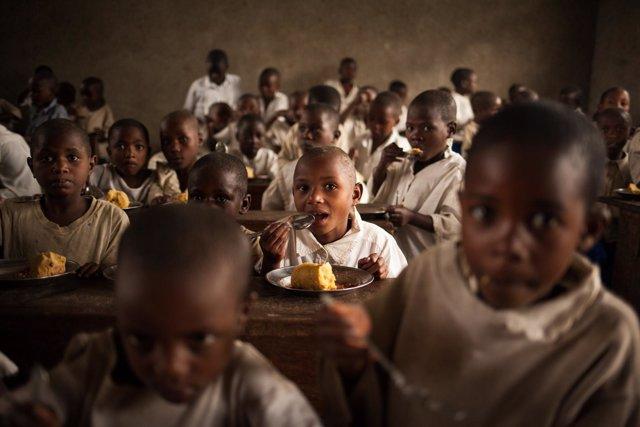 Niños recibiendo comidas escolares del PMA en Kivu Norte (RDC)
