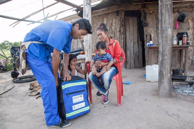 Sanitario de Unicef repartiendo material donado por la Fundación Leo Messi