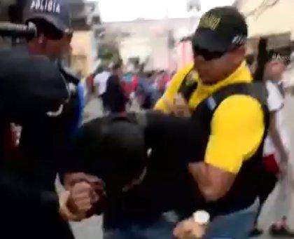 Asaltan en directo a una presentadora hondureña mientras entrevistaba a una mujer en plena calle