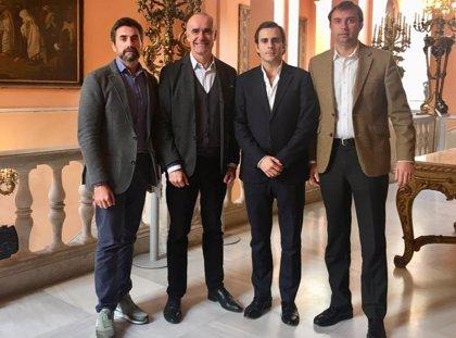 Ayuntamiento de Sevilla y Asociación de Viviendas Turísticas abordan la regulación urbanística del sector