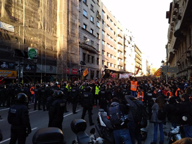 Manifestantes de los CDR y Mossos d'Esquadra en la Via Laietana de Barcelona