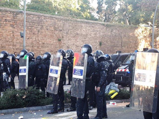 Mossos d'Esquadra después de que les hayan lanzado pintura manifestantes