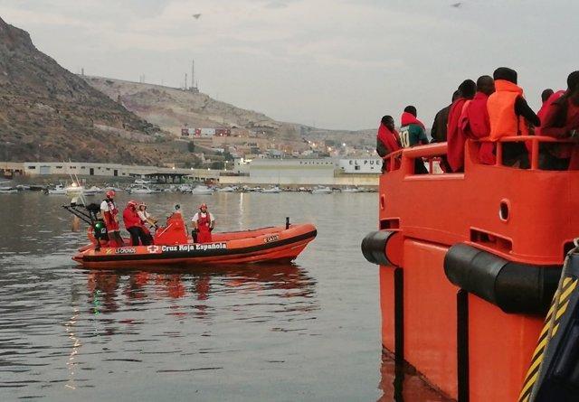 Cruz Roja atiende la llegada de ocupantes de pateras