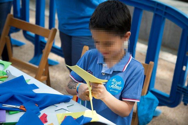 """Un niño en un taller con voluntarios de """"la Caixa"""""""