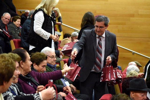 El presidente de la Diputación de Granada junto a mayores