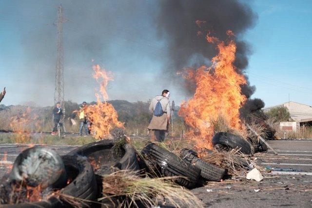 Los CDR queman neumáticos en la AP-7 a su paso por L'Ampolla (Tarragona)