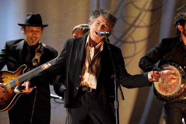 Bob Dylan cantando en la 53ª edición de los Premios Grammy