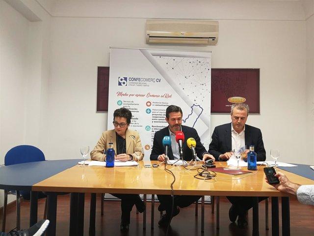 Rafael Torres junto a la secretaría autonómica de Economía y presidente de Avacu