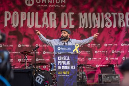 Un total de 3.000 personas protestan en Barcelona en un acto de Òmnium contra el Consejo de Ministros