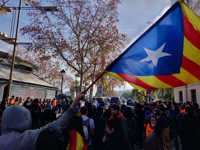 Manifestantes concentrados al final de la Rambla
