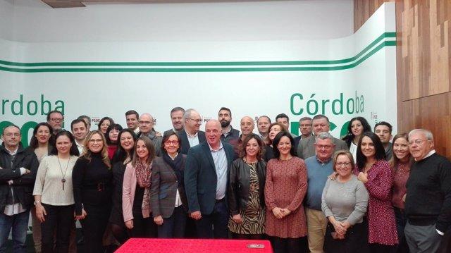 Ruiz (centro), con cargos públicos y orgánicos del PSOE cordobés