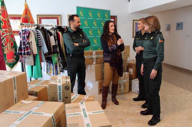 Imagen de la entrega de la ropa por parte de la Guardia Civil