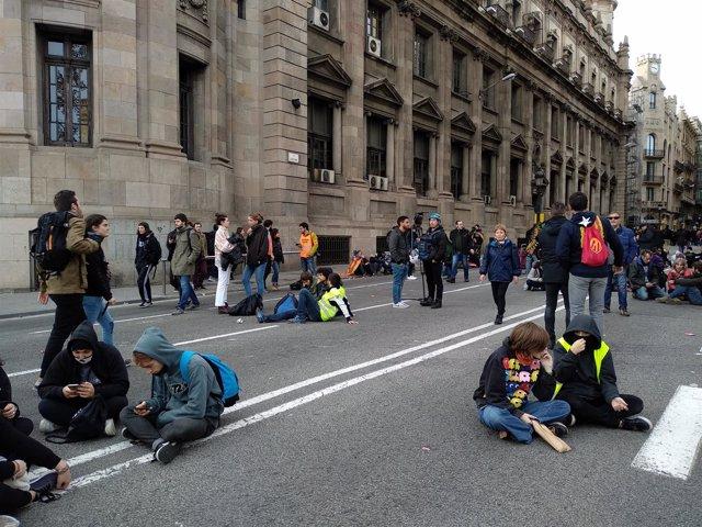 Empiezan a dispersarse manifestantes